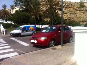 El turismo, aparcado en Ses Voltes, sorprendió a los taxistas. FOTO.- Taxis Mahón