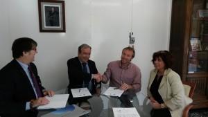 Ernesto Bonnin y Lluís Camps en la rúbrica del acuerdo. FOTO.- Endesa
