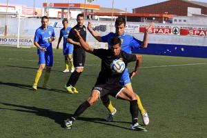 Acción del partido y protestas posteriores del técnico Oscar Troya (Fotos: deportesmenorca.com)