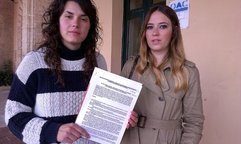 Noemí Camps y Gràcia Mercadal, en el momento que presentaron el recurso en el Ajuntament