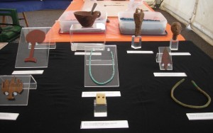 Réplicas de piezas del Museu de Ciutadella mostradas en una de las jornadas participativas de la Menorca Talayótica.