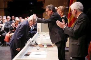 Ramon Coll recibiendo la distinción. Foto: Generalitat de Catalunya.