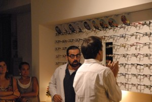 Rodo Gener y Josep Mercadal actuando en una óptica en el Teatre de Butxaca 2012. Foto: Bernat Casasnovas.