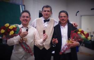 Tolo y Juanjo Mercadal junto a Salvador Brotons (centro), después del primer concierto. Foto: T.M.