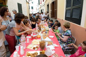 La fiesta se traslada a la calle de la mano de los vecinos. FOTOS.- Archivo