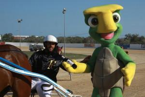 Entrega del trofeo por parte de la mascota de Sine Dolore a Emilio Mondéjar vencedor con Alas Blancas de la primera carrera de la tarde (Fotos: Carlos Orfila)