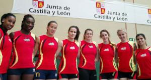 Costa, la cuarta por la izquierda, con la selección (Foto: RFEVB)