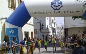 Quintana entrando en meta acompañado de pequeños atletas. FOTO.- Lô Sport