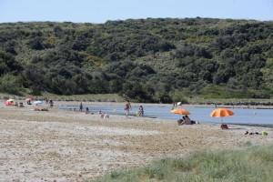 Bañistas en Es Grau aprovechando las altas temperaturas. FOTO.- Archivo