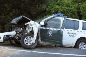 El vehículo en el que viajaban los agentes sufrió severos daños materiales. FOTO.- Tolo Mercadal
