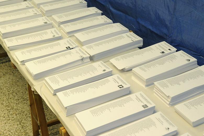 Mesa de papeletas electorales en un colegio electoral