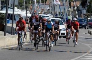 Los ciclistas, a su paso por el Port de Maó (Fotos: Tolo Mercadal)