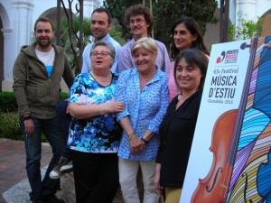 La nueva directiva de JJMM de Ciutadella junto al cartell del Festival 2015.