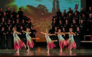 El Cor Illa de Menorca y el ballet de Alba Sintes en una función con 'Carmina Burana'. Foto: Karlos Hurtado.