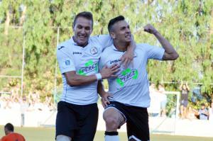 Aitor, a la derecha, celebrando un gol ante el San Pedro (Foto: futbolbalear.es)