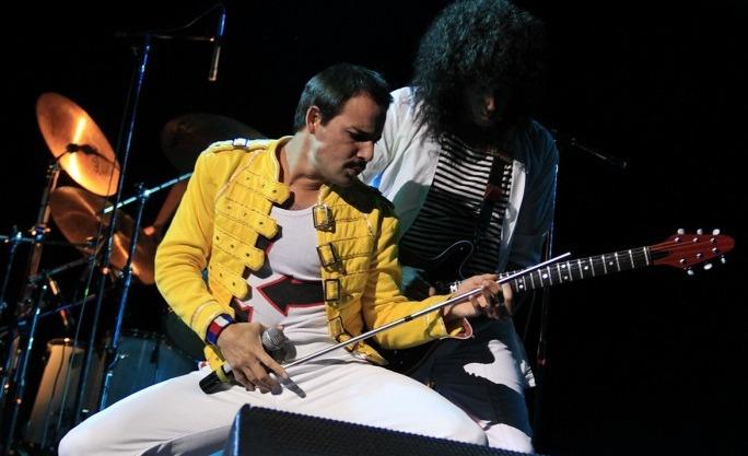 Pablo Padín es Freddy Mercury en la banda Dios Salve a la Reina..