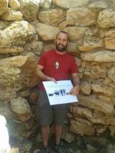 Damià Ramis explicando los restos de fauna encontrados en el edificio sur de Cornia Nou. Foto: M.A.