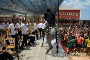 El caballo, subido a la tarima (Foto: David Arquimbau)