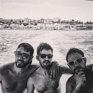 Dani Martínez, en aguas de Maó junto a los también humoristas Iñaki Urrutia y Julián López (Foto: @danimartinezweb)