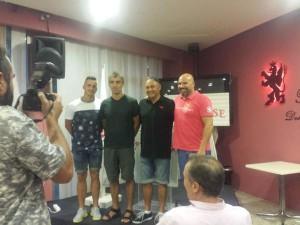 Aitor Pons, a la izquierda, junto al cuerpo técnico (Foto: CD Llosetense)