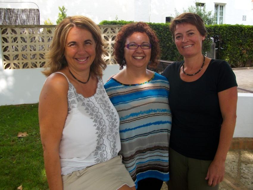 La artista Zulema Bagur junto a la alcaldesa y la concejala de Cultura de Sant Lluís, Montse Morlà y Adelaida Ponsetí. Foto: Ajuntament de Sant Lluís.