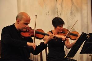 Los violinistas Corrado Bolsi y Esther Pons. Foto: Rafa Raga.