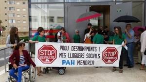 Protesta en un juzgado realizada por miembros de la PAH Menorca