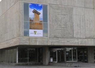 panel pro menorca talaiotica en la fachada de la sede del consell