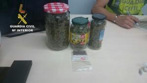 Dos imágenes de las sustancias incautadas.