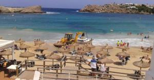 Momento en el que la excavadora intenta remolcar la barca (Foto: Jaume Fiol)