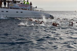 Nadadores en plena travesía. FOTO.- Mireya Pons