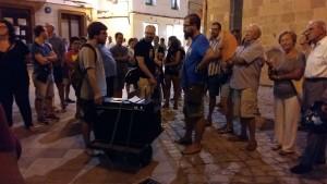 Macià Florit (izquierda) en un momento del recorrido, en la plaza de la Catedral.