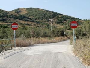 Dos señales advierten de la prohibición de pasar por la propiedad. FOTO.- Entesa des Mercadal