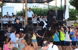 Banda, caballos y público en buena sintonía en Llucmaçanes. FOTO.- Sturla