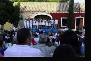 Los cantantes en plena actuación. FOTO.- Jaume Fiol