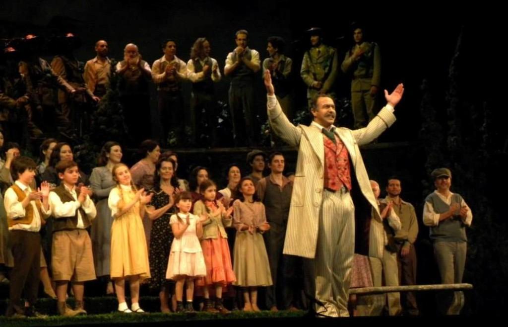 Simon Orfila saludando en el teatro colon de buenos aires