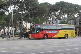 Un autobús en la plaza Els Pins de Ciutadella. FOTO.- Archivo