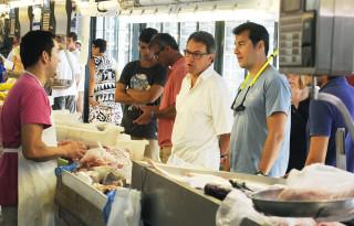 artur mas en el mercat des peix con sus hijos