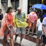 Turistas paseando bajo la lluvia en el centro de Maó. FOTO.- Tolo Mercadal