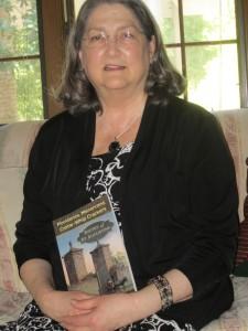 Ann Browning Masters con su libro de poemas. Foto: Florida Historical Society.