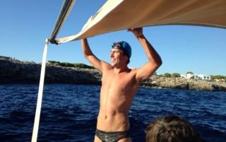 Christian Jongeneel tras conseguir la gesta. Foto: Menorca Channel Swimming Association.