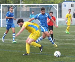 Forteza trata de superar a un jugador del Penya (Fotos: futbolbalear.es)