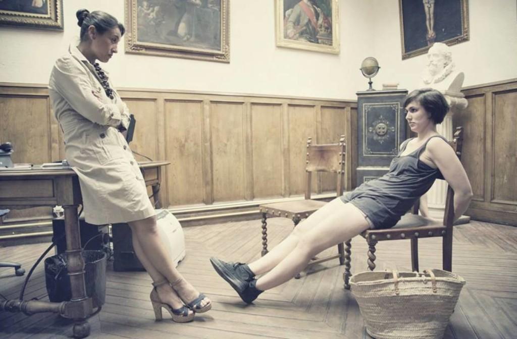 Escena de 'Les normes' con Catalina Florit y Lidia Sánchez. Actuarán en la Biblioteca.