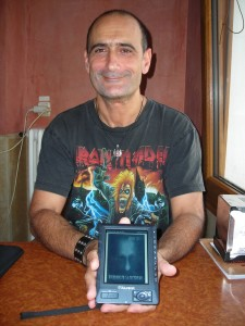 Jonas Cobos con 'Susurros en la oscuridad' en su e-book.