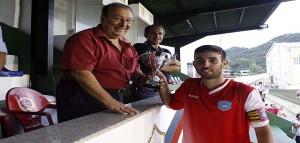 El capitán del Sporting recoge el trofeo (Fotos: deportesmenorca.com)