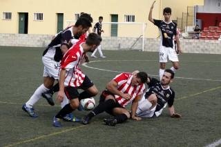 David Mas pugna con varios contrarios (Fotos: deportesmenorca.com)