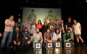 Foto de los premiados por el Festival Altaveu, con Marco Mezquida junto a Joan Manuel Serrat. Fotos: Festival Altaveu.