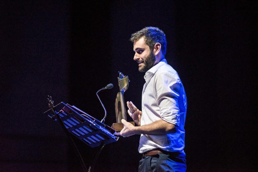 Xavi Morató recogiendo el Premi Born de Teatre 2014. Foto Cercle Artístic