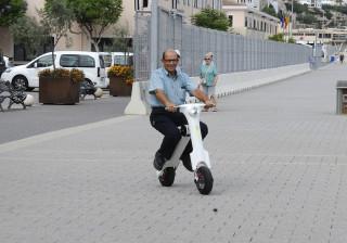 Francisco Huguet en una de sus 'scooter' eléctrico