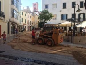 Las máquinas, esparciendo la arena (Fotos: Tolo Mercadal)